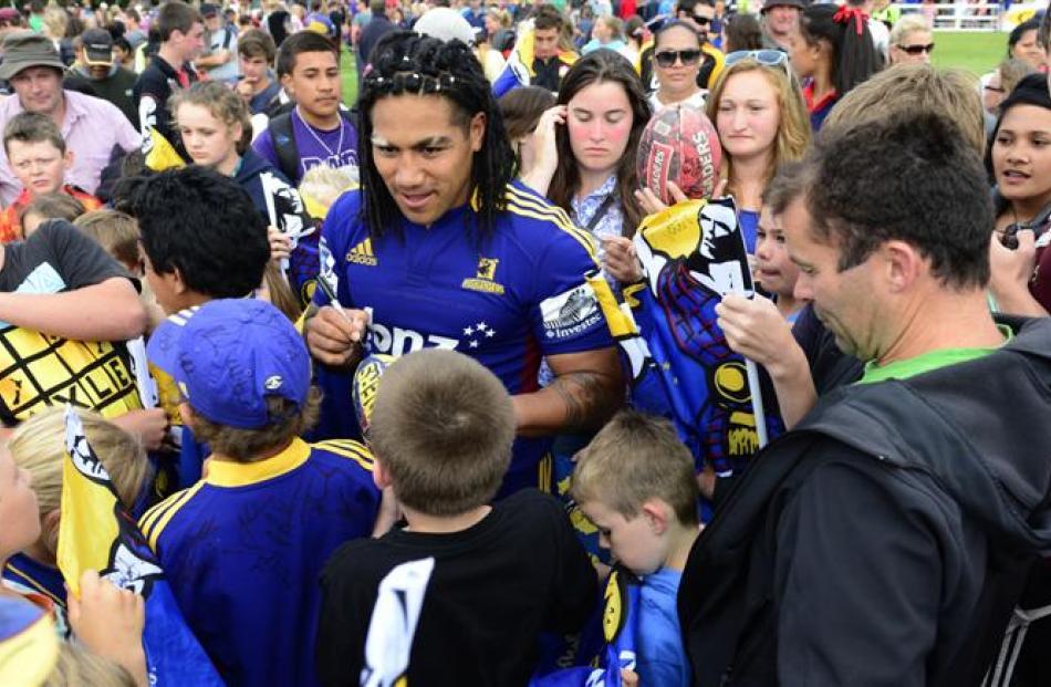 Highlander Ma'a Nonu in a sea of fans.