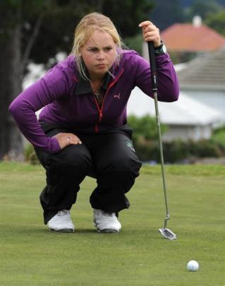 Otago No 1 Laura Hoskin lines up a putt.