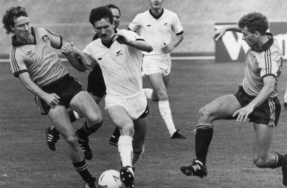 Australia's Scott Ollerenshaw (left) and New Zealand's Billy Wright jostle for possession in 1988.