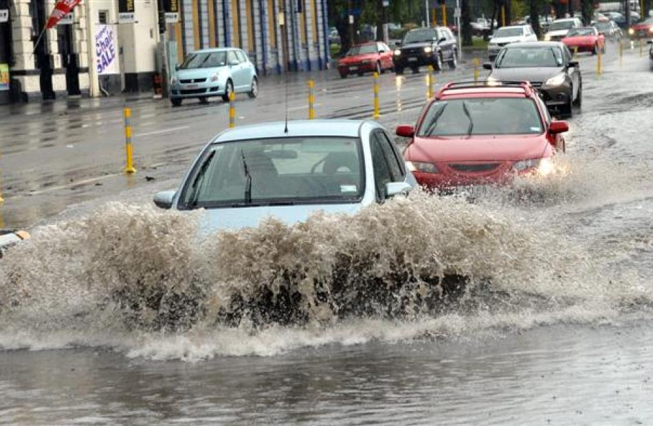 Cars negotiate flooding on the Jetty St overbridge from Cumberland St.