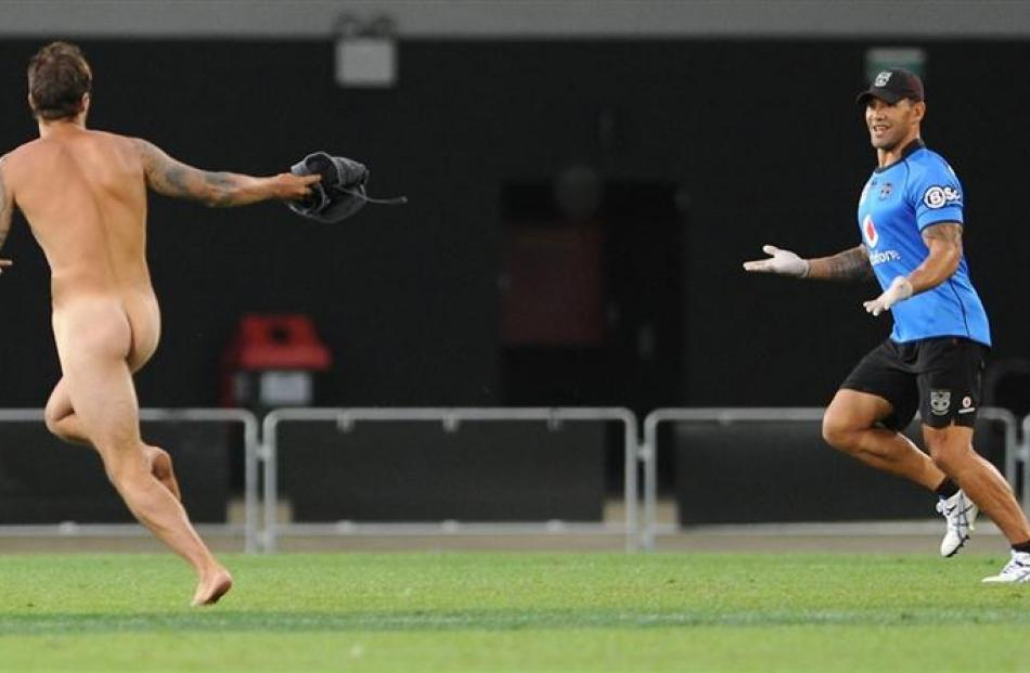New Zealand rugby league legend Ruben Wiki showed he has still got it while  chasing  a streaker...