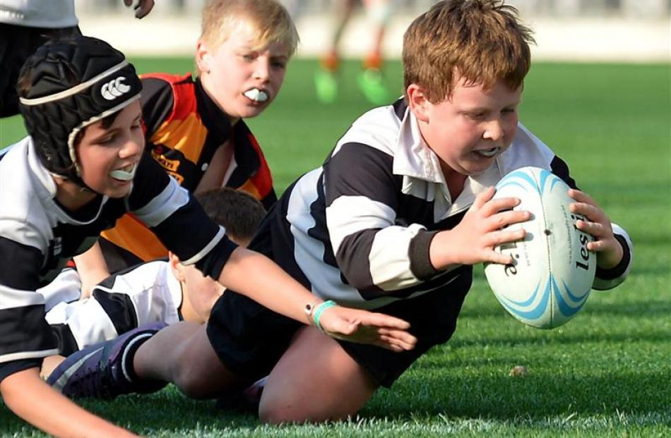 Lachlan Cowan (10) of the Southern Magpies under-11 team scores a try against the Zingari...