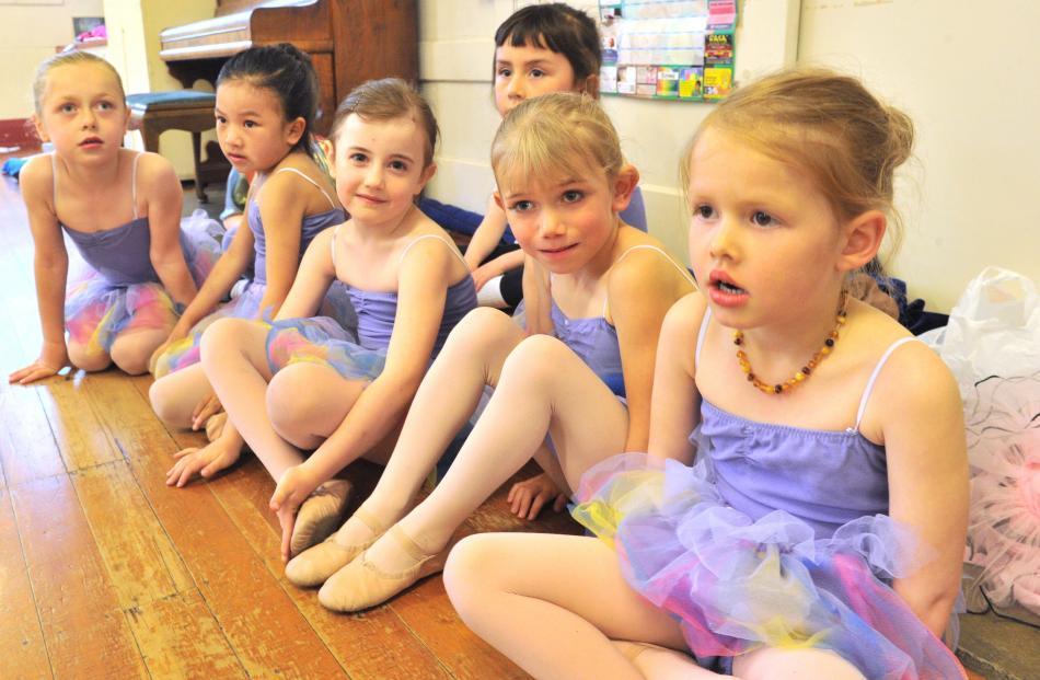 (from left) Lexi Bonner (6), Selina Zeng (6), Brooklyn Jackson (5), Tara Mullin (6), Violet...