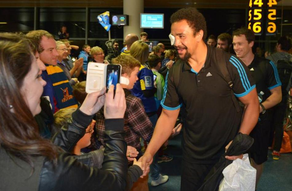 Co-captains Nasi Manu and Ben Smith are greeted by fans at the airport. Photos by Gerard O'Brien.