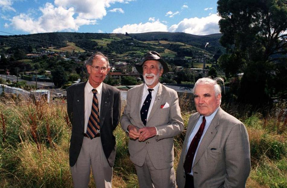 Munro (right) with Abbeyfield New Zealand chairman Dr Bruce Kaye (left) and Abbeyfield founder...