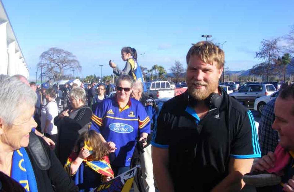 Ross Geldenhuys meets fans .