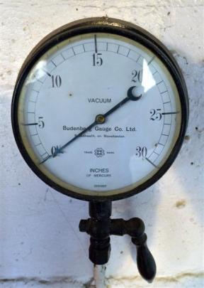 The pressure gauge.