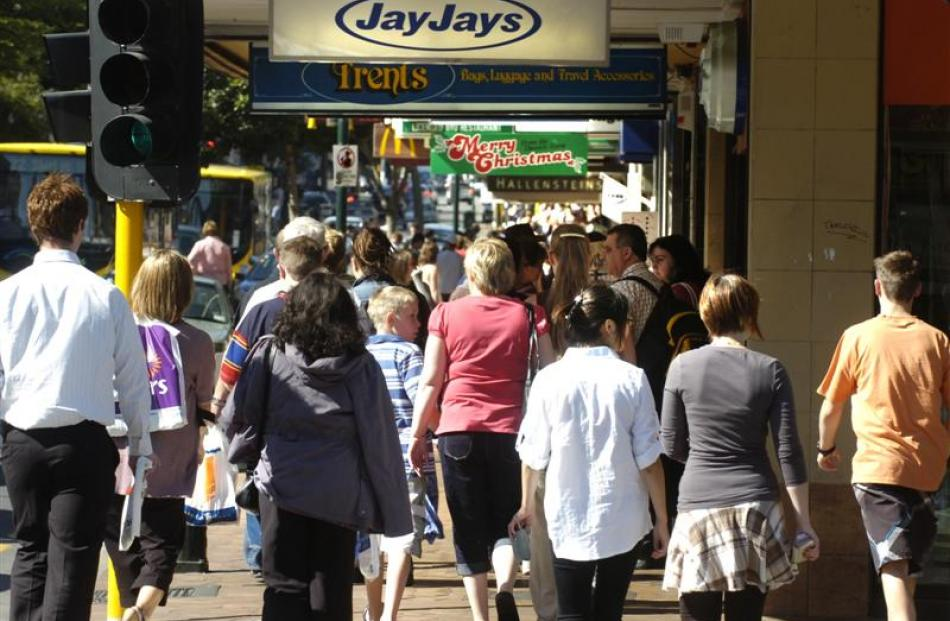Christmas shoppers fill George St.