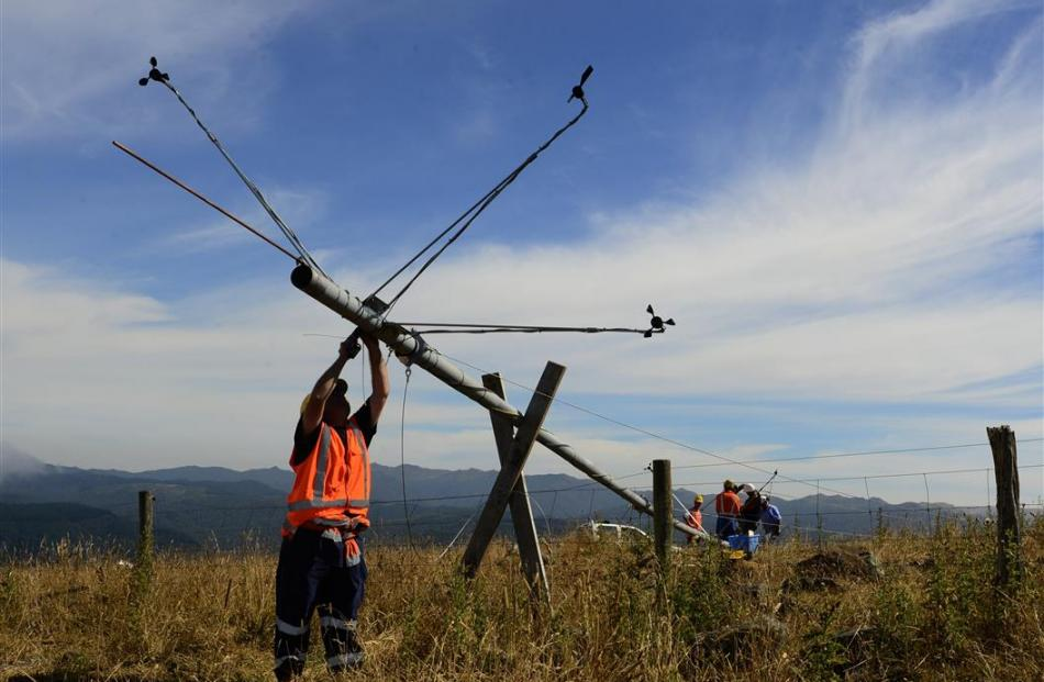 Erecting a 30m wind-testing tower on Porteous Hill in 2013.