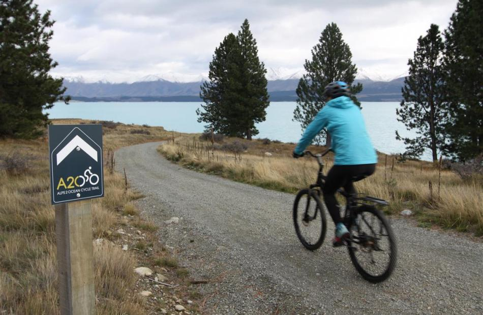 Lake Pukaki to Lake Ohau forms part of the Alps 2 Ocean trail.