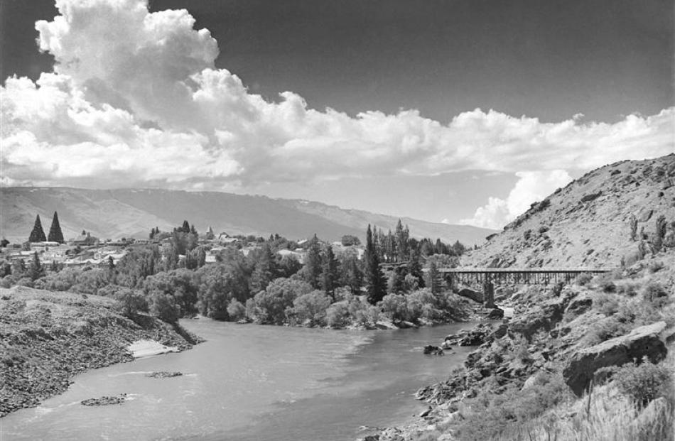 romwell, showing the confluence of the Kawarau and Clutha rivers, in December 1959 or January...