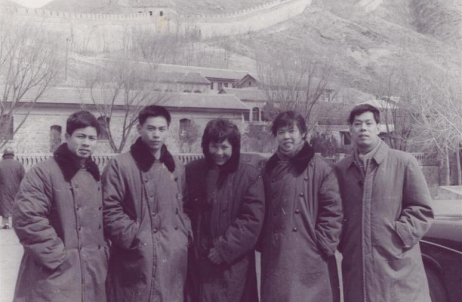 Fogarty (middle) lines up with Chinese players in front of the Great Wall of China in 1974. Photo...