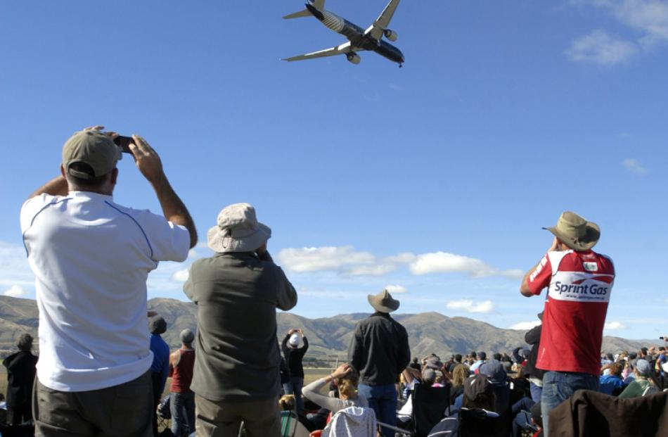 Boeing 777 is watched by the crowd.