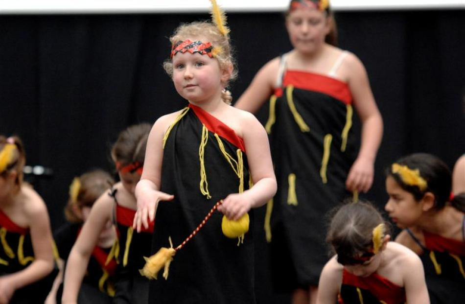 Mikayla Cannan (6) performs a poi dance with Mornington Primary School. Photos by Linda Robertson.