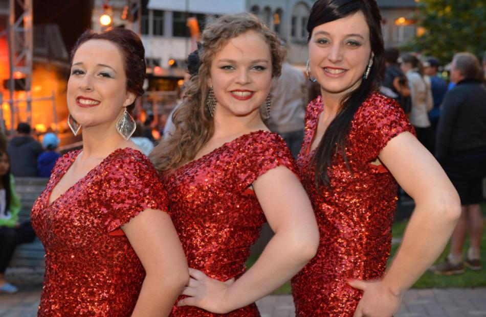 The Foxy Tones in the Octagon, Dunedin: Steph O'Brien, Hannah Gibson and Amanda Goodwin.
