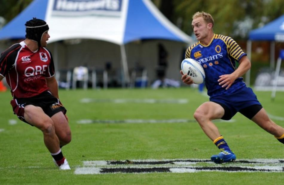 Otago's Matt Faddes (L) looks for a gap against North Harbour on day one.