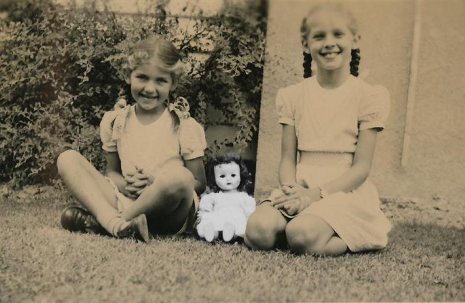 Sisters Margot and Diana Nash, circa 1955. Photo by NZIFF.