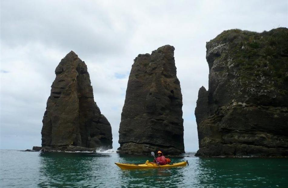 Sue Maturin kayaks around the Frances Pillars. Photos by Fergus Sutherland/Helena de Reus.