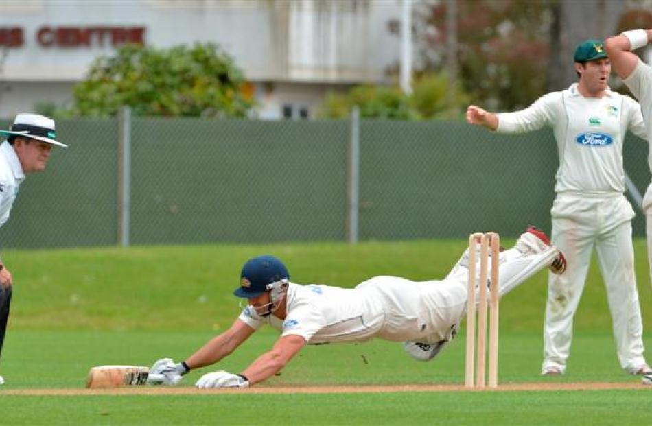 Ten Doeschate's momentum carries him to a spectacular dive between disbelieving Central Districts...