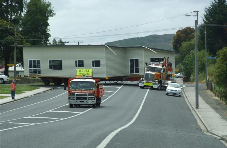 The Owens' home is manoeuvred around the St Albans/Eddystone St intersection in Kaitangata...