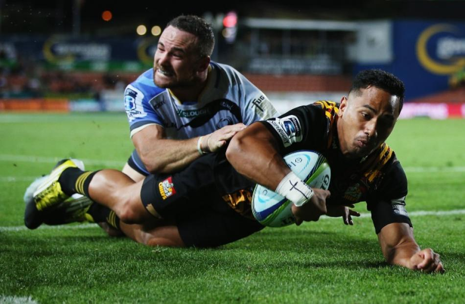 Toni Pulu scores for the Chiefs against the Force. Photo: Getty Images