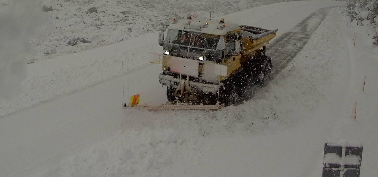 Contractors work to clear heavy snow from The Milford Road this morning. Photo: Milford Rd/NZTA